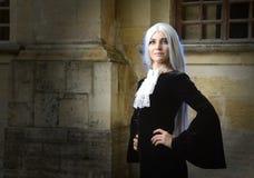 A mulher bonita no estilo gótico com cabelo louro longo perto da igreja Fotografia de Stock