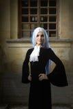 A mulher bonita no estilo gótico com cabelo louro longo perto da igreja Imagens de Stock