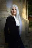 A mulher bonita no estilo gótico com cabelo louro longo perto da igreja Imagens de Stock Royalty Free