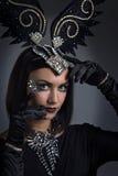 Mulher bonita no estilo retro com os ornamento das penas Fotos de Stock Royalty Free