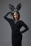 Mulher bonita no estilo retro com os ornamento das penas Fotografia de Stock Royalty Free