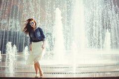 Mulher bonita no fundo da fonte foto de stock royalty free
