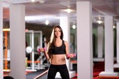 Mulher bonita no gym imagem de stock royalty free