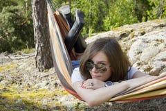 Mulher bonita no hammock fotos de stock royalty free