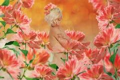 Mulher bonita no jardim feericamente Fotografia de Stock