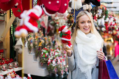 Mulher bonita no mercado do Natal Imagens de Stock Royalty Free