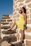 Mulher bonita no moinhos de vento velhos Imagens de Stock Royalty Free