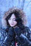 Mulher bonita no parque do inverno imagens de stock royalty free