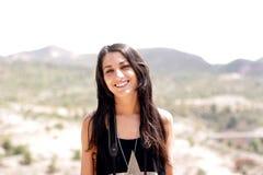 Mulher bonita no passeio calmo através das montanhas fotografia de stock royalty free