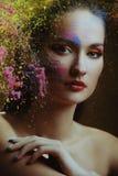 Mulher bonita no respingo da pintura da cor atrás da cor pintada de vidro fotos de stock royalty free
