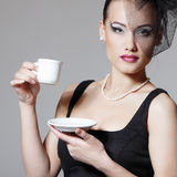 Mulher bonita no retrato retro da beleza do véu com o copo do chá ou Fotos de Stock Royalty Free