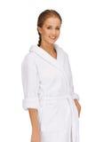 Mulher bonita no roupão branco fotos de stock royalty free