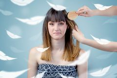 Mulher bonita no salão de beleza com conceito etéreo foto de stock