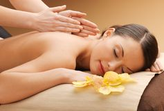 Mulher bonita no salão de beleza da massagem fotografia de stock royalty free