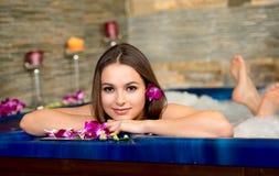 Mulher bonita no salão de beleza dos termas Fotografia de Stock Royalty Free
