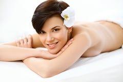 A mulher bonita no salão de beleza dos termas obtém o tratamento de relaxamento. Imagens de Stock Royalty Free