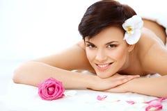 A mulher bonita no salão de beleza dos termas obtém o tratamento de relaxamento. Quali alto Fotografia de Stock Royalty Free