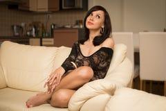 Mulher bonita no sofá fotografia de stock