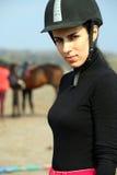 Mulher bonita no sportswear e em um capacete imagem de stock royalty free