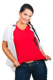 Mulher bonita no t-shirt e em calças de brim em branco Fotografia de Stock Royalty Free