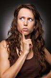 A mulher bonita no t-shirt marrom recorda o somethin Imagem de Stock