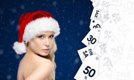 Mulher bonita no tampão do Natal com grande oferta sazonal Imagem de Stock