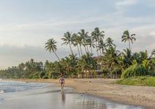 Mulher bonita bonita no terno de natação que anda na praia na baía de Weligama imagens de stock royalty free