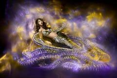 Mulher bonita no vestido à moda da serpente da fantasia. imagens de stock