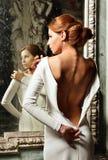 Mulher bonita no vestido branco com parte traseira despida. Fotografia de Stock