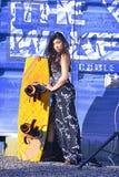 Mulher bonita no vestido branco preto, cabelo longo que está com wakeboad no ferro azul do bacground, grafitti Foto de Stock Royalty Free