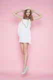 Mulher bonita no vestido branco que levanta no fundo cor-de-rosa no chapéu Imagem de Stock Royalty Free
