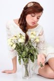 A mulher bonita no vestido a céu aberto senta-se no assoalho perto do vaso Foto de Stock