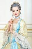 Mulher bonita no vestido histórico no estilo barroco no inte imagens de stock royalty free