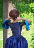 Mulher bonita no vestido medieval azul exterior, traseiro Imagem de Stock