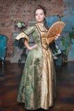 Mulher bonita no vestido medieval com fã Imagem de Stock