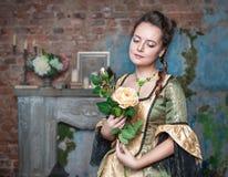 Mulher bonita no vestido medieval com flor Foto de Stock Royalty Free