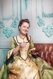 Mulher bonita no vestido medieval com joia Foto de Stock Royalty Free