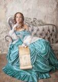Mulher bonita no vestido medieval com letra do rolo Fotografia de Stock Royalty Free