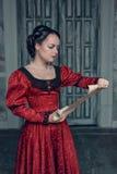 Mulher bonita no vestido medieval com letra do rolo Imagem de Stock Royalty Free