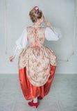 Mulher bonita no vestido medieval histórico velho Pose traseira Fotografia de Stock Royalty Free