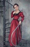 Mulher bonita no vestido medieval na escadaria Imagens de Stock