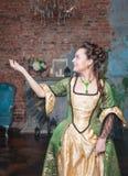 Mulher bonita no vestido medieval que estica a mão a algo Imagens de Stock