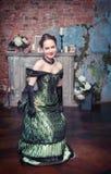 Mulher bonita no vestido medieval que faz o curtsey Fotos de Stock