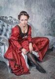 Mulher bonita no vestido medieval que põe meias Imagem de Stock Royalty Free