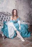 Mulher bonita no vestido medieval que põe meias Fotos de Stock Royalty Free