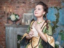 A mulher bonita no vestido medieval recebeu a letra Fotos de Stock Royalty Free