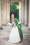 Mulher bonita no vestido medieval verde que faz o curtsey Imagens de Stock