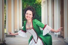 Mulher bonita no vestido medieval verde que faz o curtsey Foto de Stock Royalty Free
