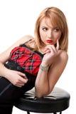 Mulher bonita no vestido preto com cadeira Imagens de Stock Royalty Free