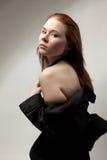 Mulher bonita no vestido preto com ombro despido Foto de Stock